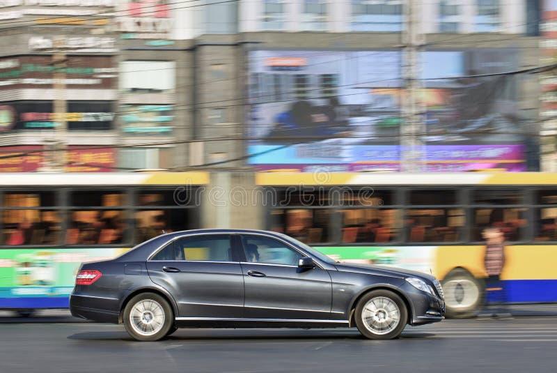 Класс Мерседес-Benz e на дороге в центре Пекина, Китае стоковое изображение rf