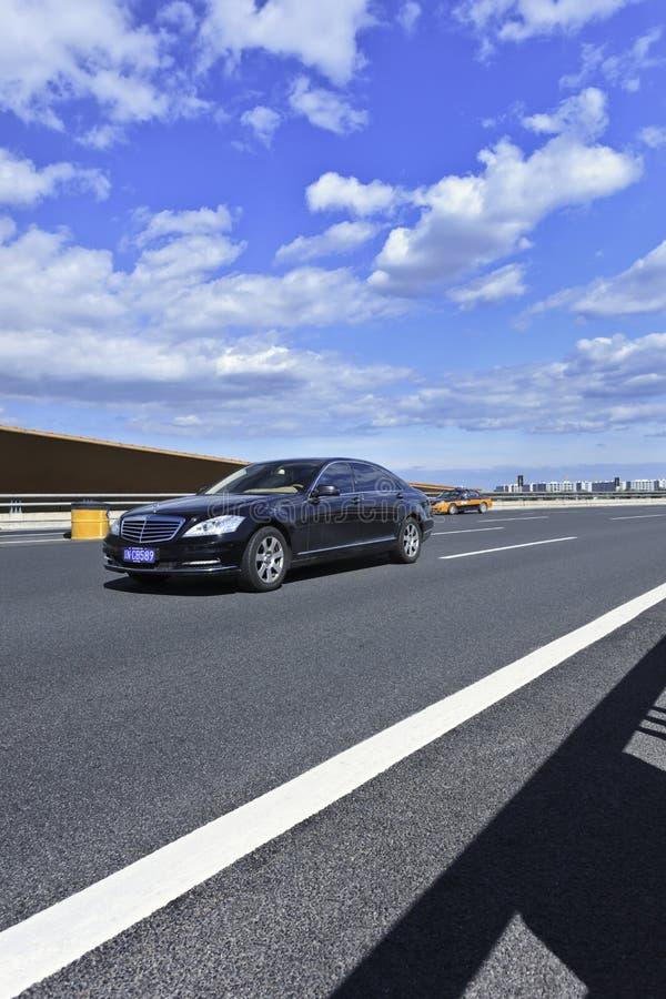 Класс Мерседес-Benz s на скоростной дороге, Пекине, Китае стоковое фото