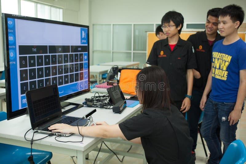 Класс студентов средней школы изучает электронику и робототехнику стоковая фотография