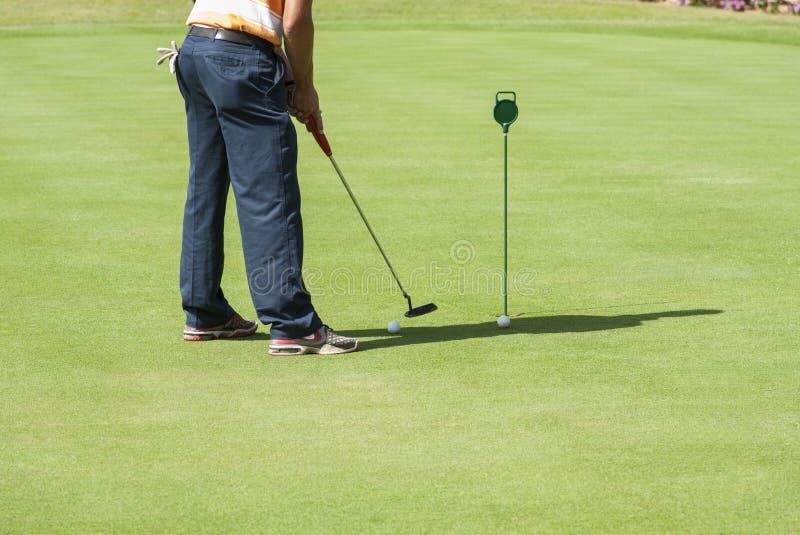 Класть игрока в гольф практикуя стоковые фото