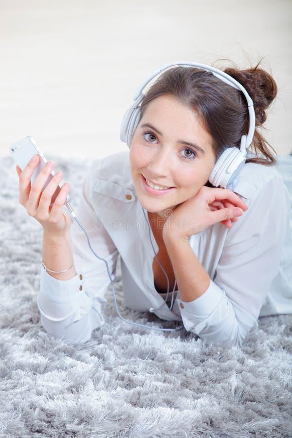 Класть на пол и слушать к музыке стоковое фото