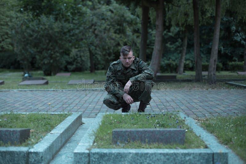 Кладбище солдата посещая стоковые фотографии rf