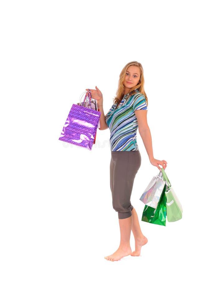 кладет белокурую женщину в мешки покупкы стоковые фото