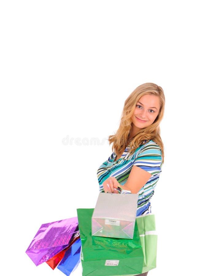кладет белокурую женщину в мешки покупкы стоковое изображение