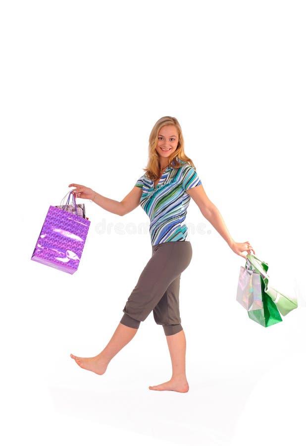 кладет белокурую женщину в мешки покупкы стоковое изображение rf