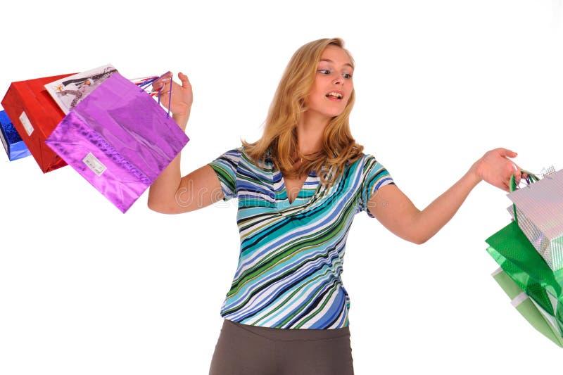 кладет белокурую женщину в мешки покупкы стоковые изображения rf