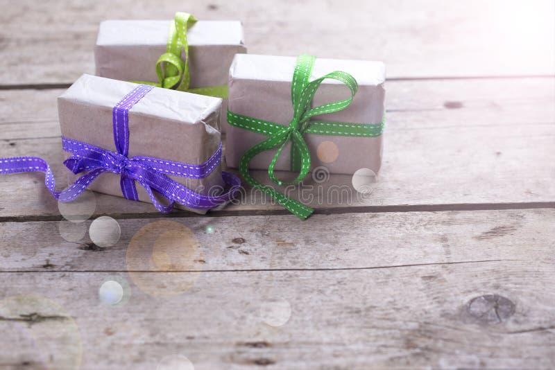 кладет праздничный подарок в коробку стоковое фото rf