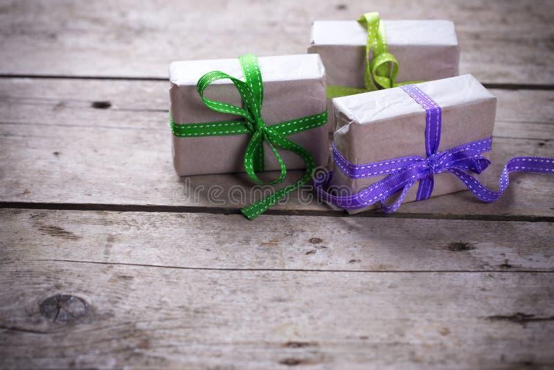 кладет праздничный подарок в коробку стоковое изображение rf