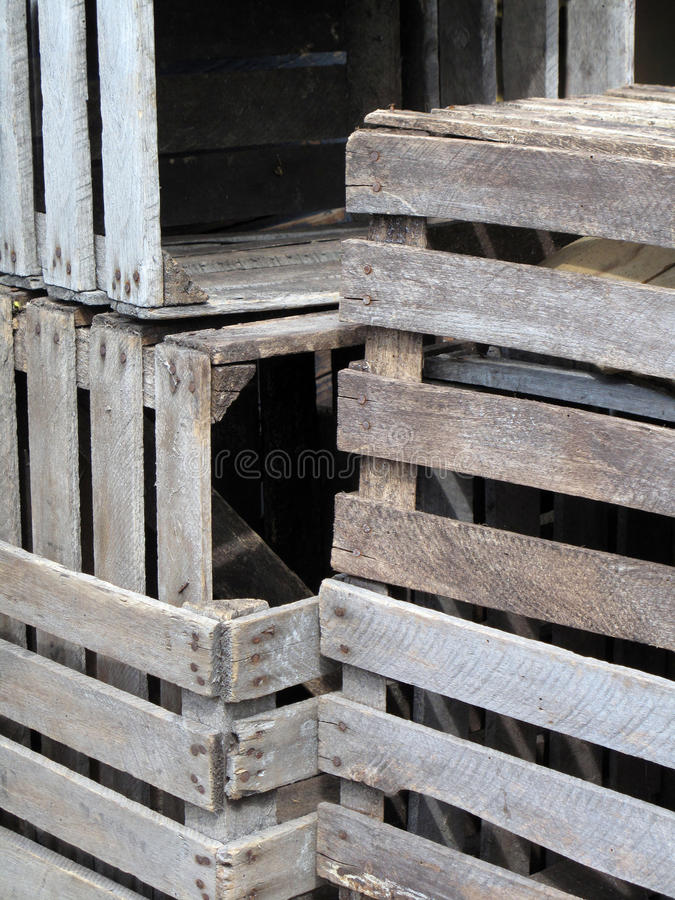 кладет древесину в коробку стоковая фотография