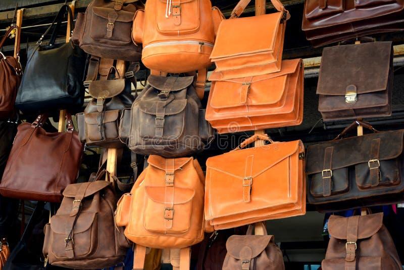 Кладет рюкзаки в мешки портфелей стоковая фотография rf