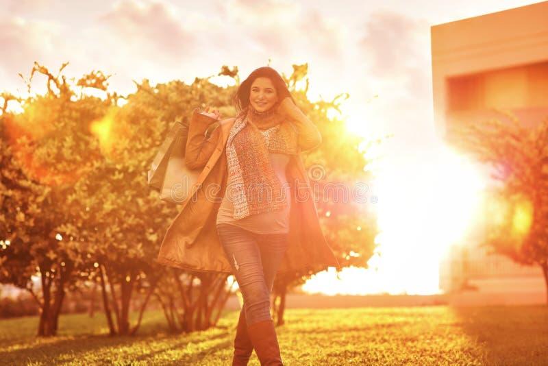 кладет счастливую супоросую женщину в мешки покупкы стоковое изображение rf