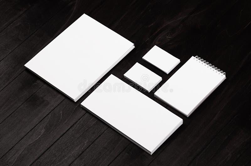 Клеймя канцелярские принадлежности, сцена модель-макета на черной деревянной планке, прикрывают объекты для устанавливать ваш диз стоковое фото
