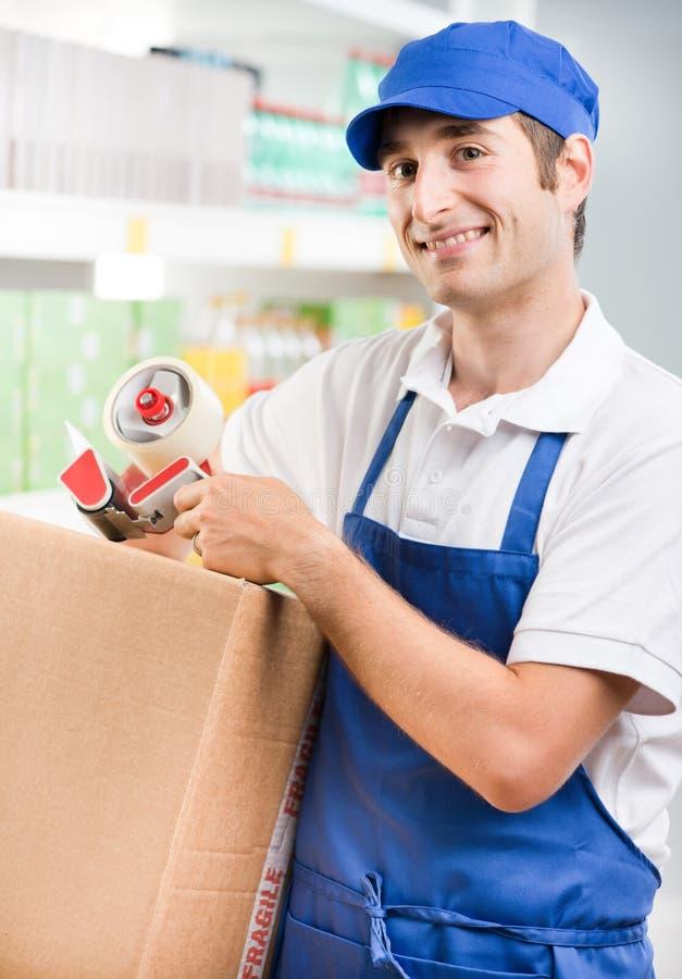 Клерк продаж с картонной коробкой стоковая фотография