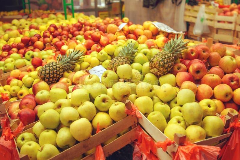 Клети с различными видами яблока приносить на рынке фермеров стоковая фотография rf