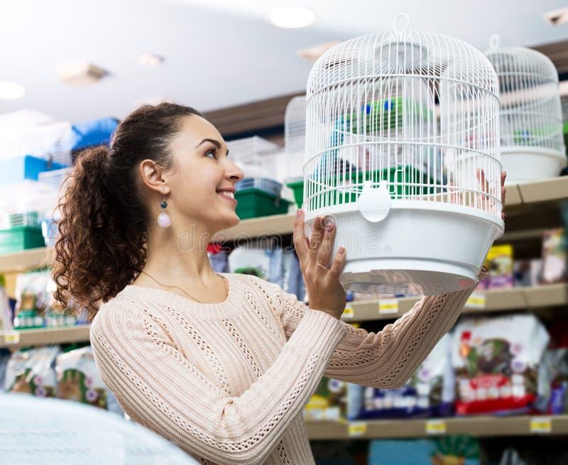 Клетка женского клиента покупая для quinea стоковые изображения rf