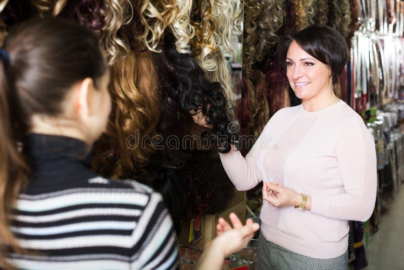 2 клиента покупая расширение волос стоковая фотография