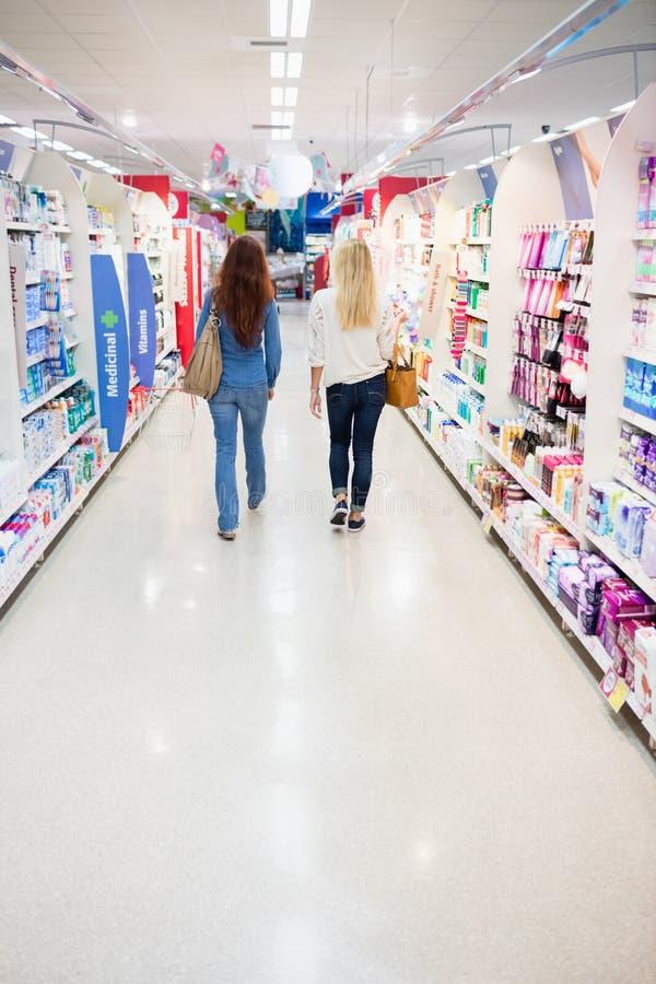 Клиенты идя в магазин стоковые изображения rf