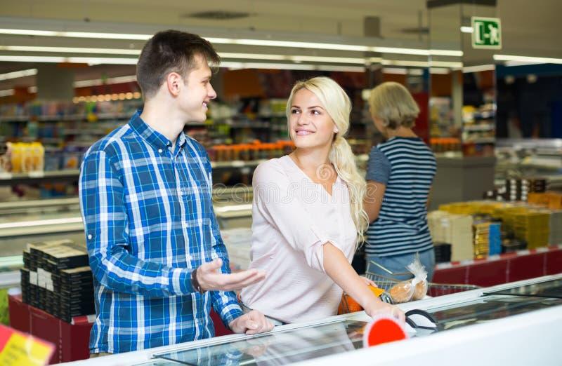 Клиенты на разделе замороженных продуктов стоковое фото