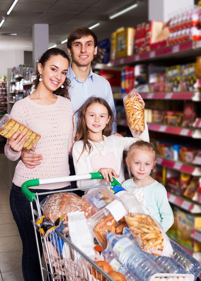 Клиенты при малые дети покупая shortcakes стоковая фотография rf