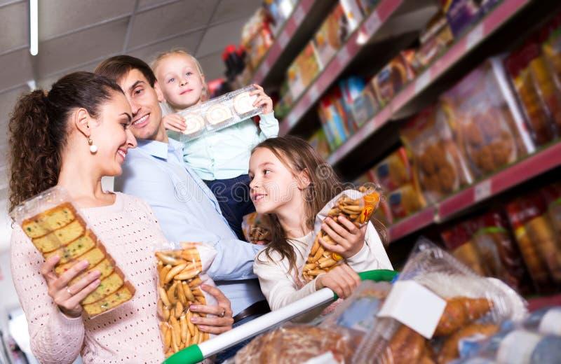 Клиенты при малые дети покупая shortcakes стоковое изображение rf