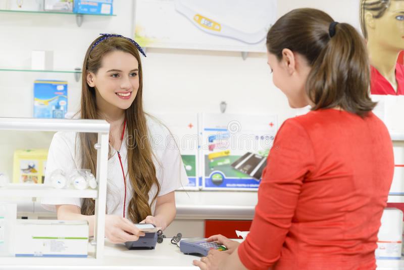 Клиент в аптеке держа получение стоковая фотография