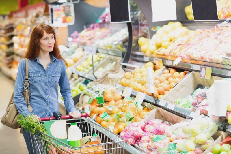 Клиент идя вокруг супермаркета стоковые изображения rf