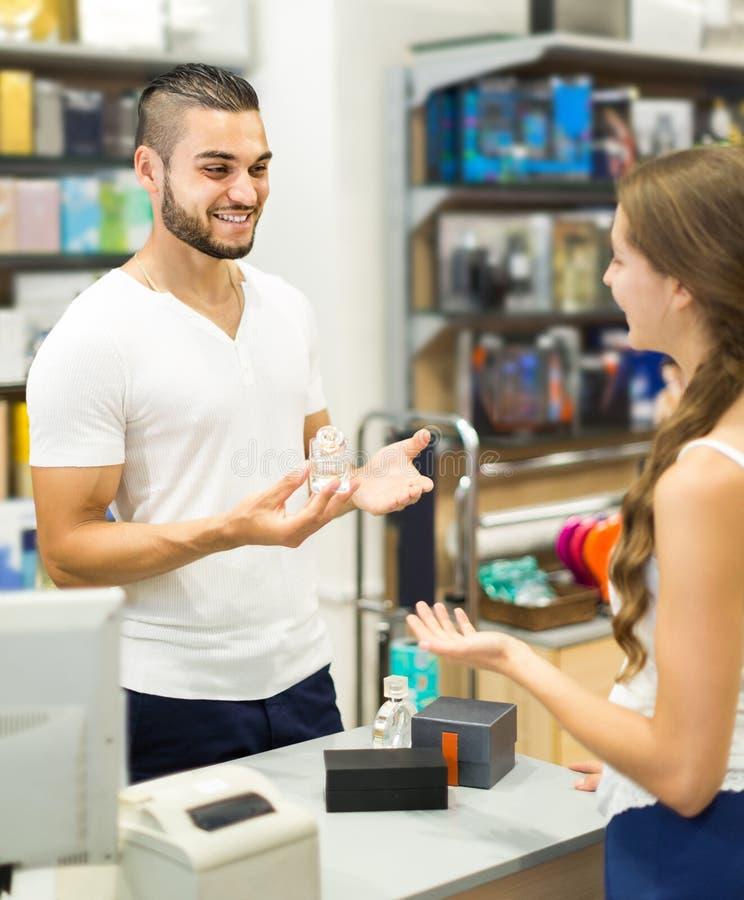 Клиент на магазине оплачивая на столе кассового аппарата стоковые изображения rf