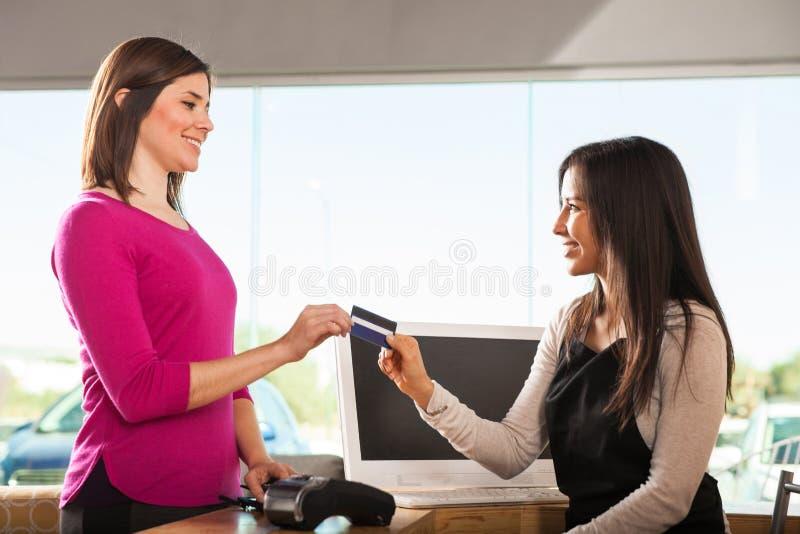 Клиент оплачивая с кредитной карточкой стоковые фотографии rf