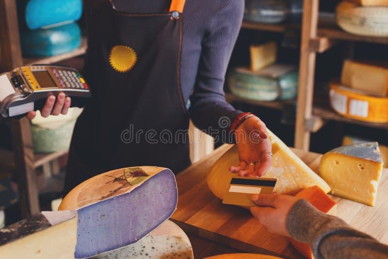 Клиент оплачивая для заказа сыра в бакалейной лавке стоковая фотография rf