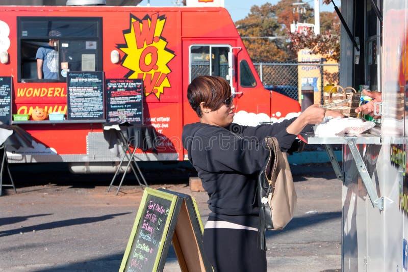 Клиент покупает еду от тележки еды стоковая фотография