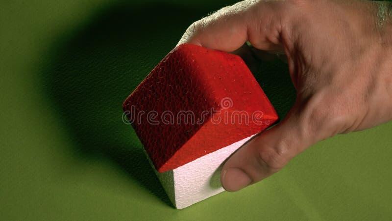 Клиент принимая дом игрушки прочь Концепция дела рынка недвижимости стоковое фото