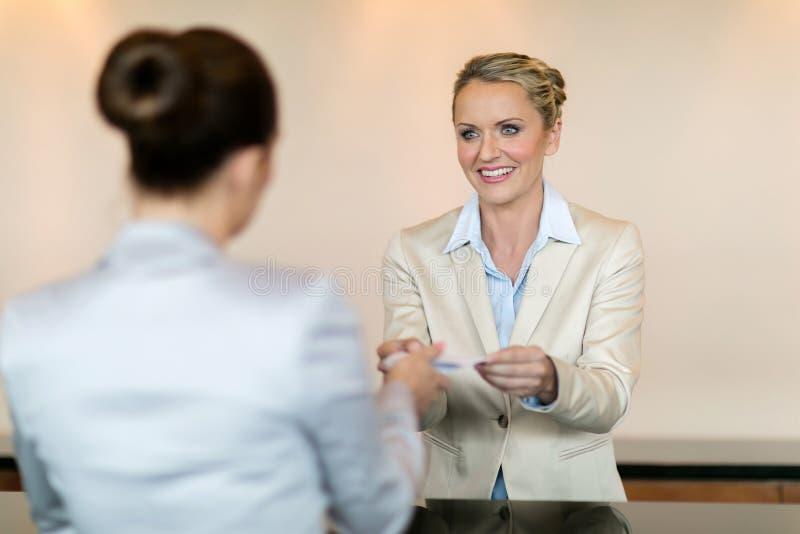 Клиент работник службы рисепшн гостиницы стоковые фото