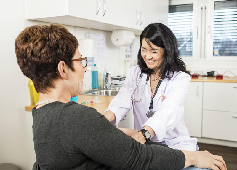 Клиника Крови В доктора Taking Пациента стоковые изображения