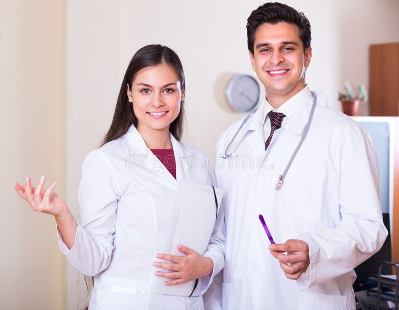 Клиника 2 докторов при закрытых дверях стоковые фотографии rf
