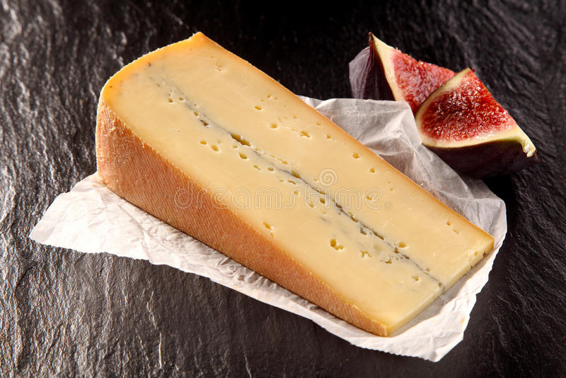 Клин изысканного сыра с отрезанными смоквами стоковая фотография