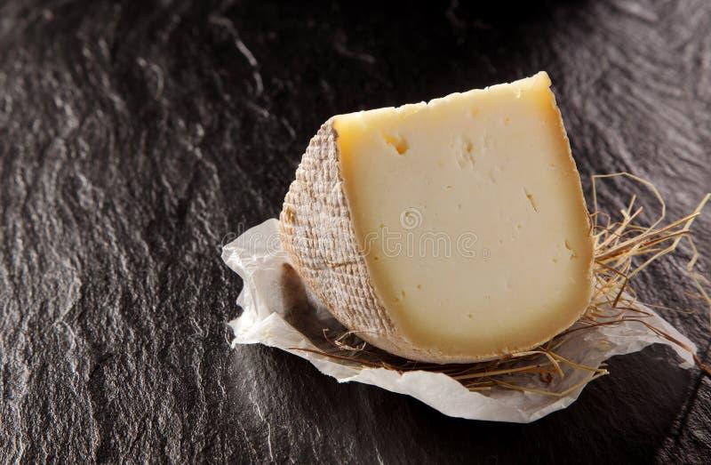 Клин Полу-мягкого сыра на текстурированном счетчике стоковые фотографии rf