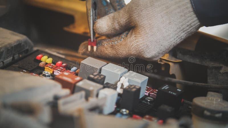 Клобук автомобильного электрического ремонта, электрическая проводка стоковое изображение rf