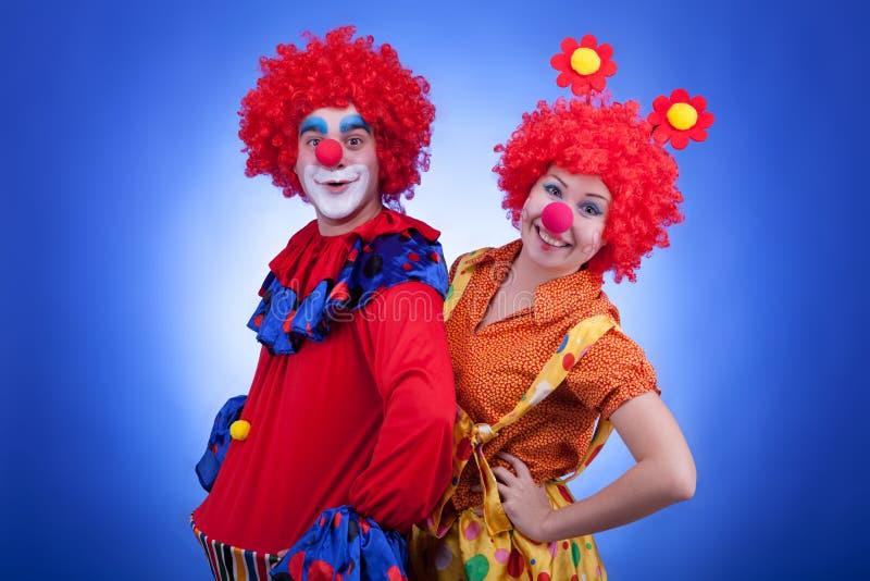 Клоуны на голубой стрельбе студии предпосылки стоковое изображение