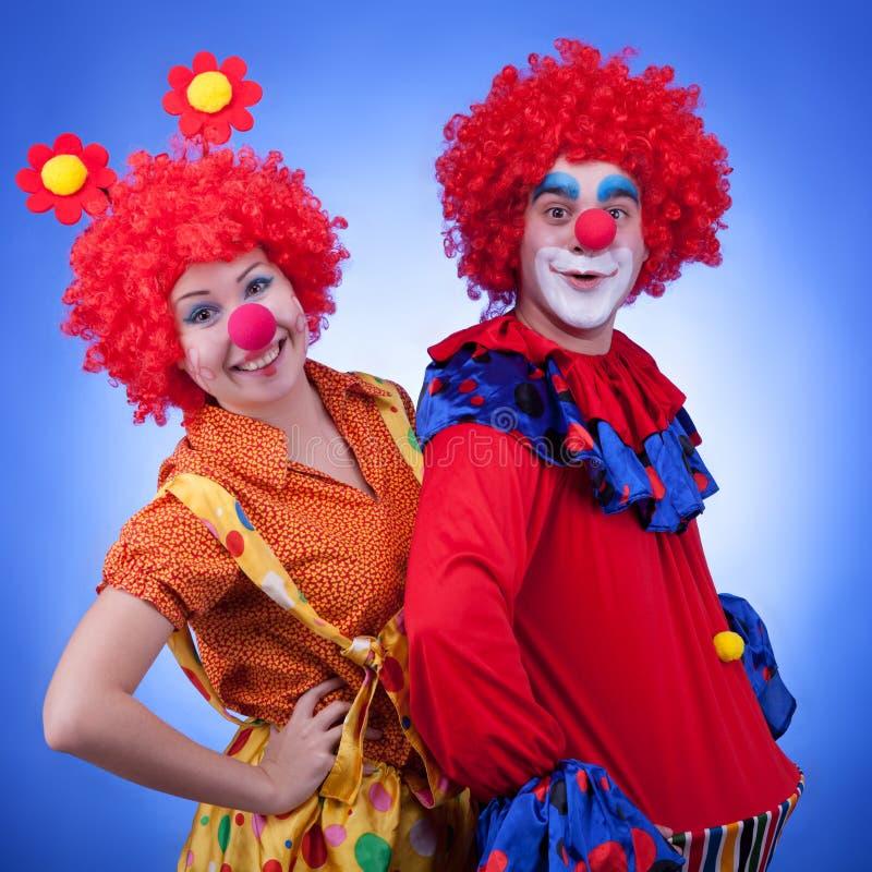 Клоуны на голубой стрельбе студии предпосылки стоковые изображения rf