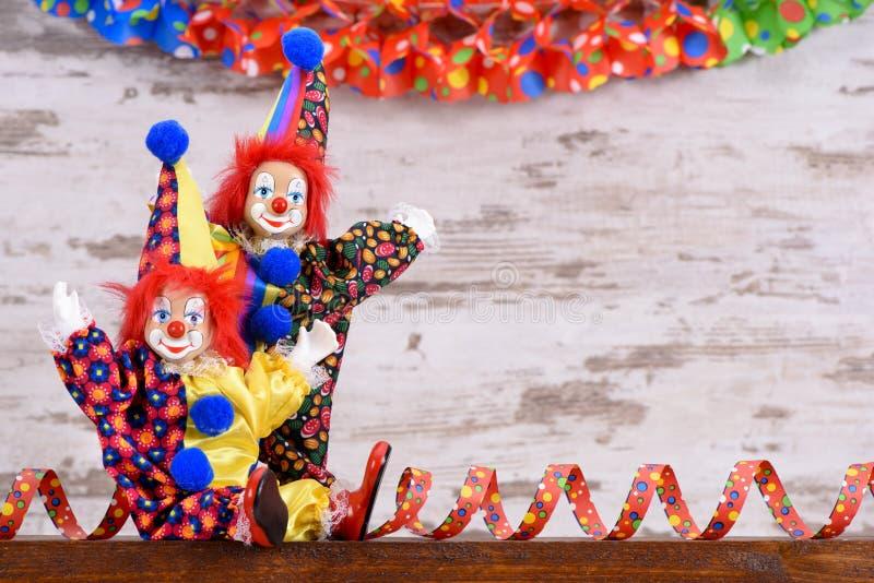 Клоуны с красочными костюмами на партии масленицы стоковые фото