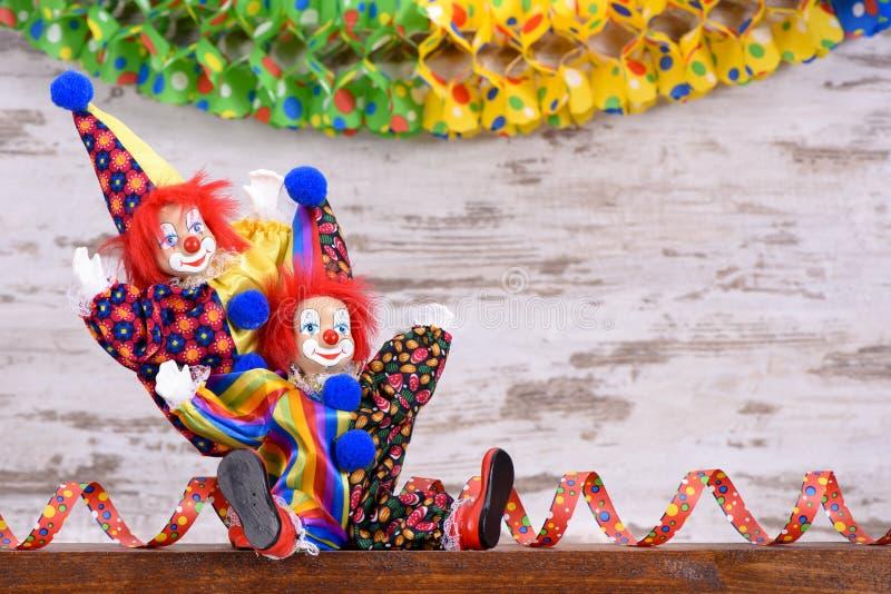 Клоуны с красочными костюмами на партии масленицы стоковые изображения rf