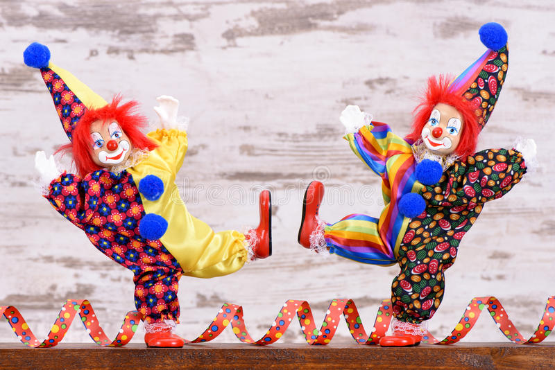 Клоуны с красочными костюмами на партии масленицы стоковое изображение rf
