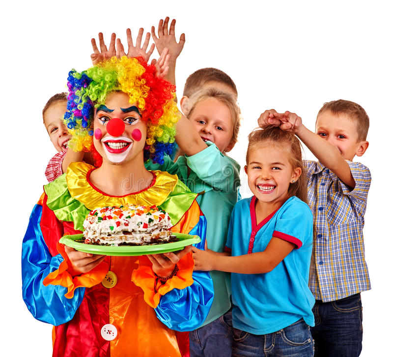 Клоун держит торт на дне рождения с детьми группы стоковые изображения rf