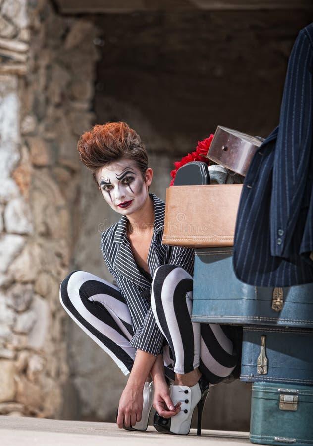 Клоун около багажа стоковое изображение