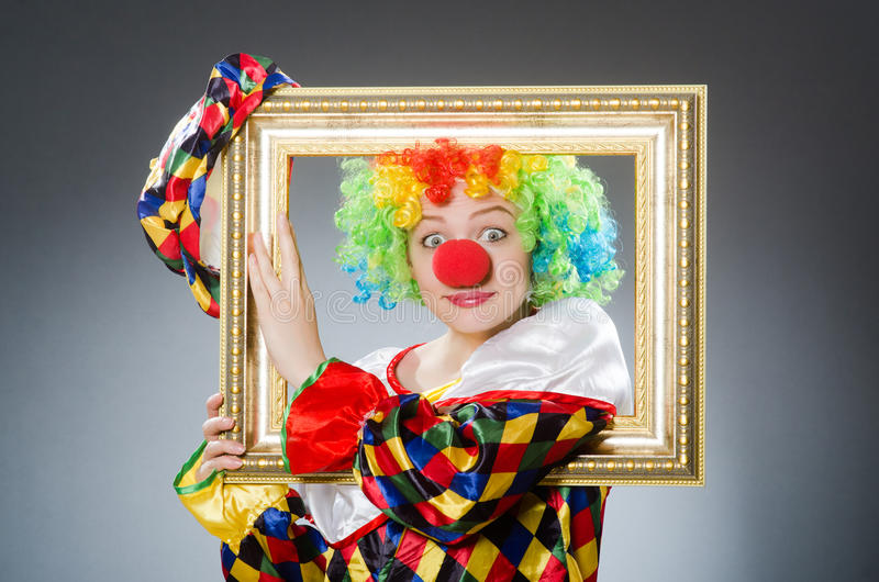 Клоун с картинной рамкой в смешной концепции стоковые фотографии rf