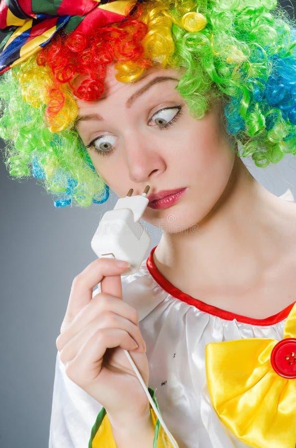 Клоун с электрическим затыкает внутри смешную концепцию стоковое изображение rf