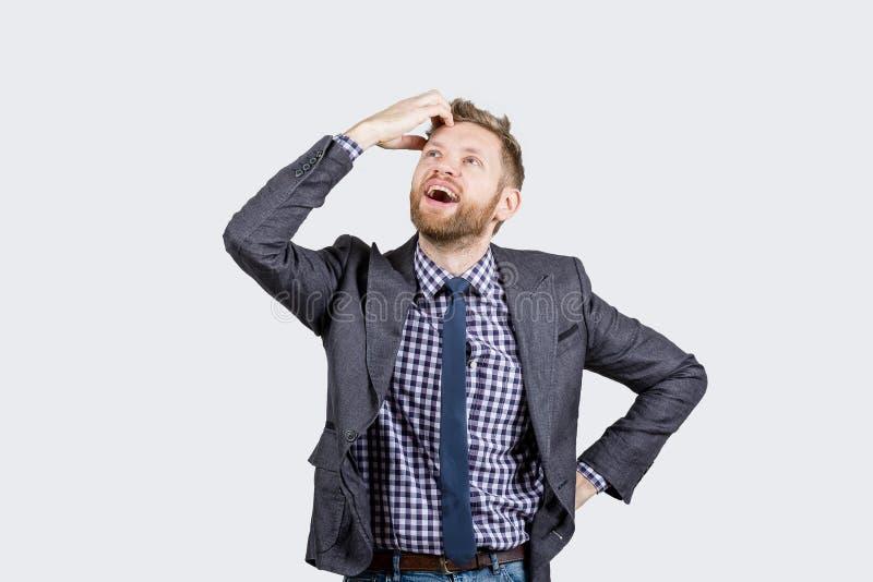К парню пришла проницательность, парень удивлен и доволен с сюрпризом на белой предпосылке стоковые фото