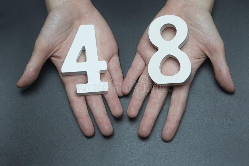 К рукам женщины сорок восемь стоковое изображение rf