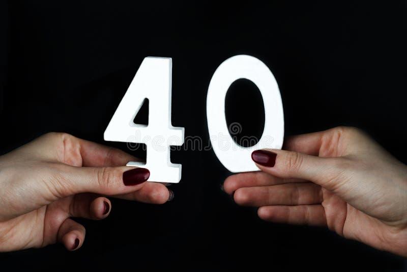 К рукам женщины 40 стоковая фотография