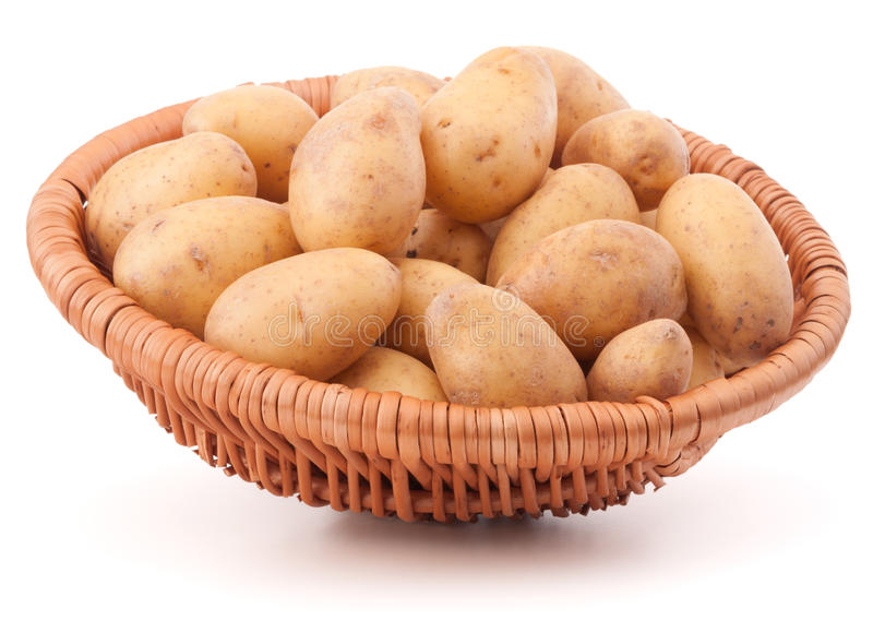 Клубень картошки в плетеной корзине изолированной на белой предпосылке стоковое изображение rf